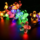 Гирлянда на солнечных батареях со светящимися элементами в виде нежных цветков, сверкающих разными яркими праздничными цветами